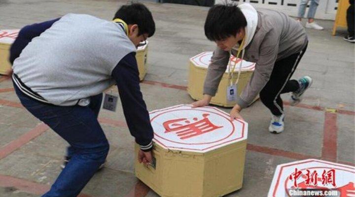 В Ухани студенты играют на гигантской доске в китайские шахматы